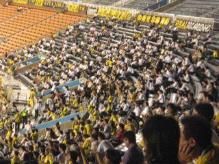 白ワイシャツが目立つ観客席